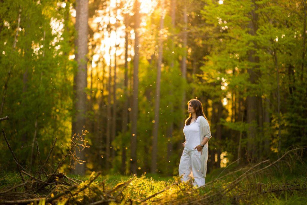 Frau Portrait Sonnenuntergang Wald Grün weiß gelb Licht Thalmassing