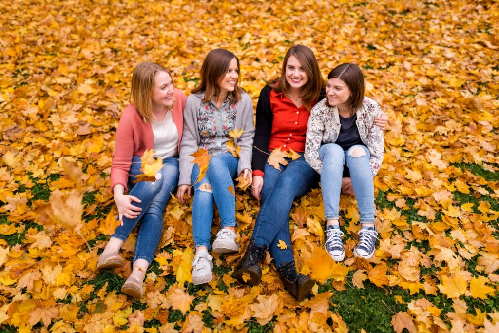 Freundinnen Lachen Freude Herbst Blätter Regensburg