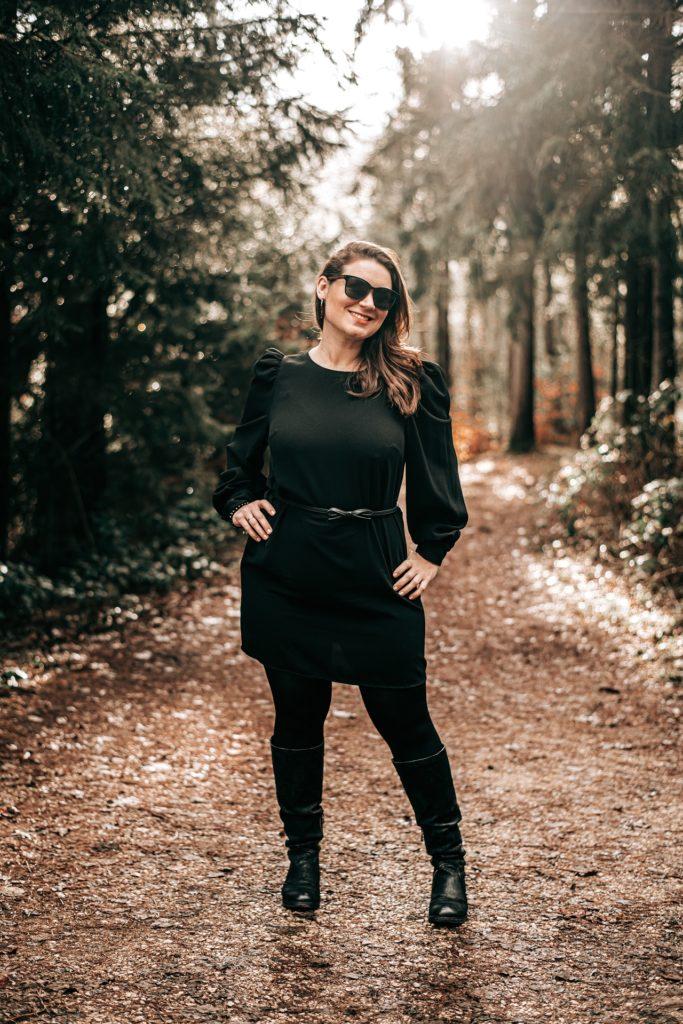 Frau Portrait Sonne Wald Sonnenbrille schwarz Neumarkt