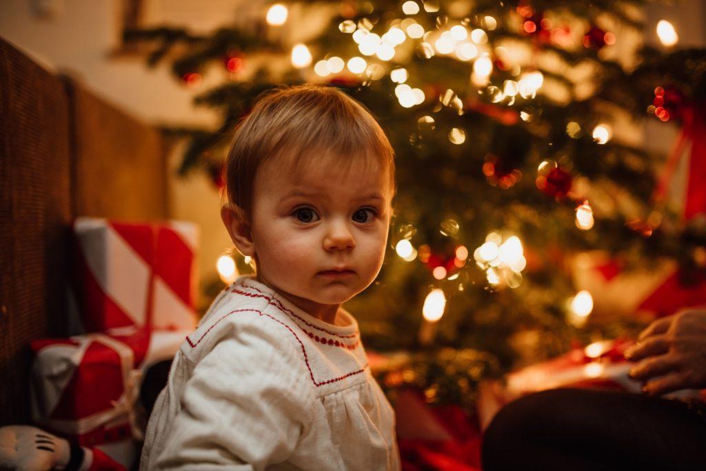 Kind Weihnachten große Augen Weihnachtsbaum