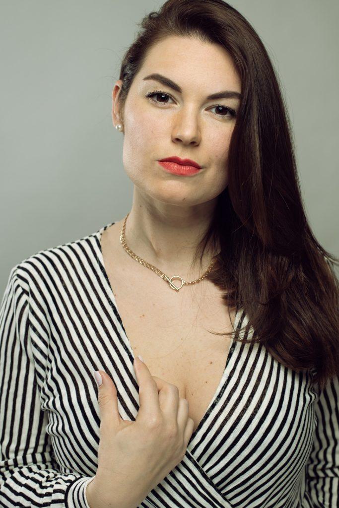 Frau Portrait kleid weiß schwarz Lippen Rot Regensburg