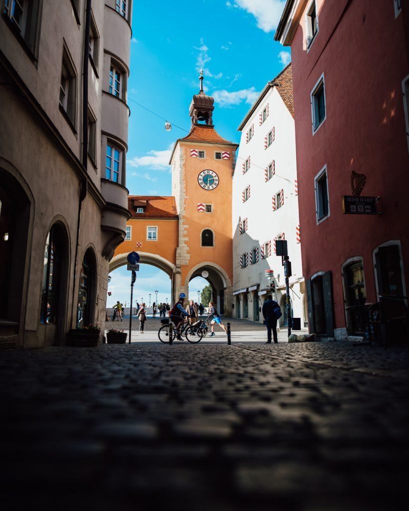 Brückturm Regensburg Orange Himmel Blau