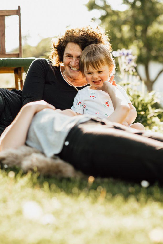 Oma mit Enkelkind Sonne Lachen Spaß Regensburg