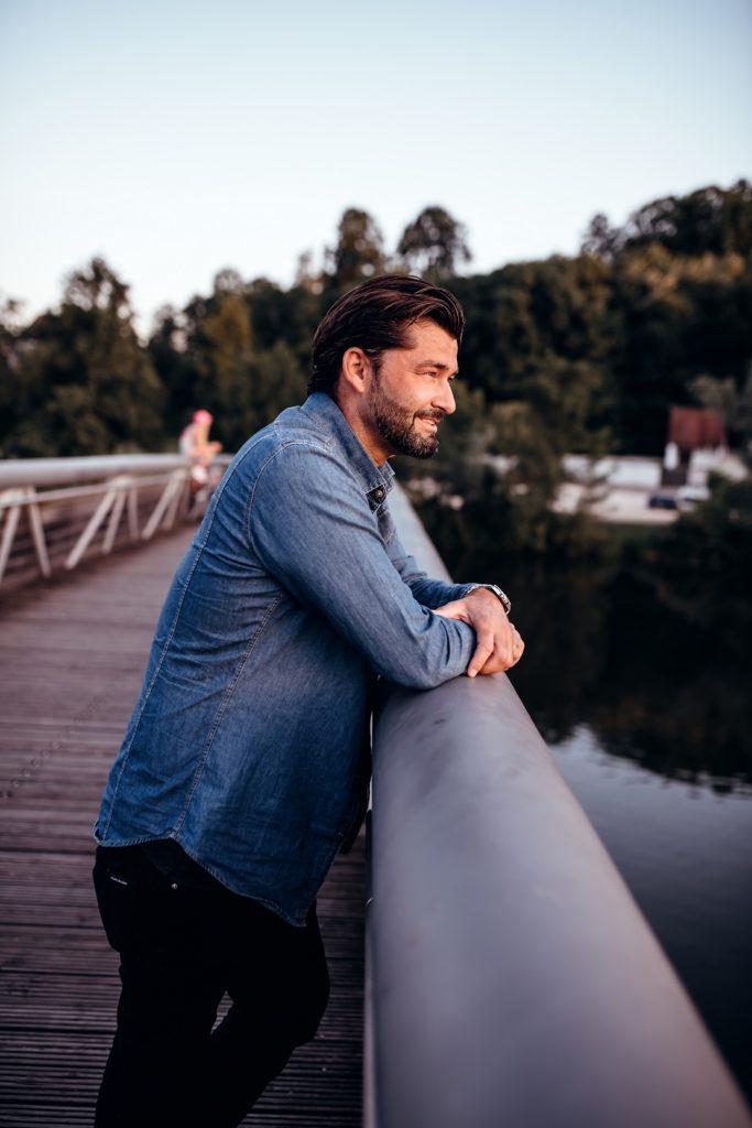 Mann Portrait Brücke Mariaort Regensburg